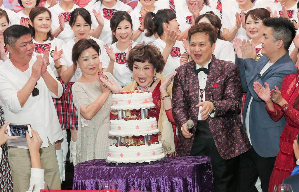 阿姑周遊在老公李朝永、兩個兒子馮凱、張志群及乾女兒的簇擁下開心切生日蛋糕。(盧禕祺攝)