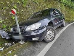 阿里山公路轎車側翻卡在溝渠 駕駛自行脫困受輕傷