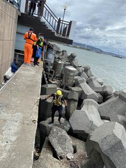女浮屍卡淡水漁人碼頭消波塊 遊客釣客驚聲尖叫