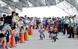 大鵬灣辦滑步車賽 200幼童現場較勁