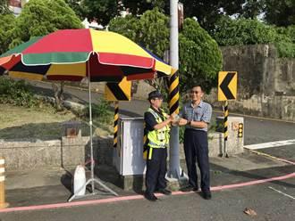 玉井警淋雨控燈民眾表不捨 分局添購500萬遮陽傘
