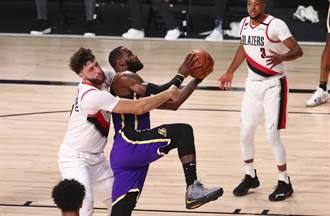 NBA》詹皇一眉轮流发威 湖人撞翻拓荒者超前