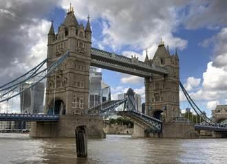 尷尬了 倫敦塔橋升起卻卡在半空中 交通大亂