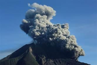 印尼錫納朋火山再度爆發 火山灰噴上高空逾千米