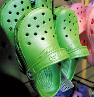 疫情重创高跟鞋 休閒鞋跃时尚主流