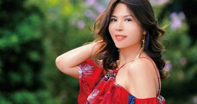 17歲以廣告模特兒入行的王百瑜,為照顧女兒一度淡出,直到女兒長大就業,才決定重回演藝圈。(攝影/施岳呈)