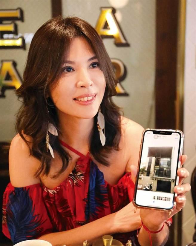 投資房地產有成的王百瑜,開心秀出老屋拉皮翻新後的樣貌。(攝影/施岳呈)