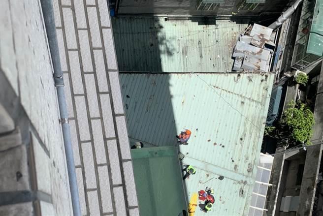 三重老翁從氣窗想爬進8樓住家,失足慘摔當場不治。(圖/戴上容翻攝)