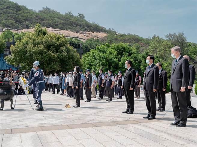 總統前往太武公墓墓碑區參加陣公王將士追思活動,美國在台協會也出席(總統府提供)