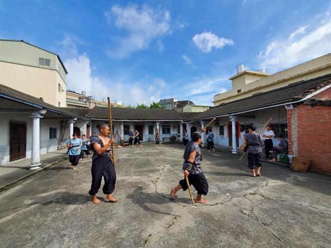 斗南镇公所23日协助田头社区拍摄微电影记录连环阵,连环阵式成员须为8的倍数,早期以16人、24人、32人最普遍。(周丽兰摄)