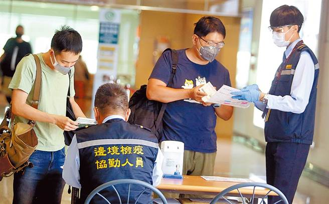 从上海搭机抵达桃园机场,在入境前查验健康声明书。(本报资料照片)