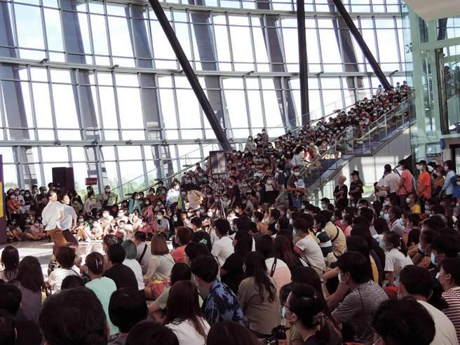 在國立故宮博物院南部院區2樓大廳雲門舞集展演,從大廳門口到連接3樓的迴旋式樓梯,滿滿都是人。(張毓翎攝)