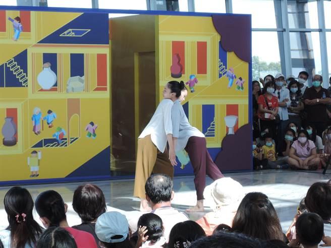 由雲門舞集藝術總監鄭宗龍策畫的「2020國泰藝術節-與雲門共舞」,跳入公共場域,讓觀眾近距離欣賞國際級演出。(張毓翎攝)