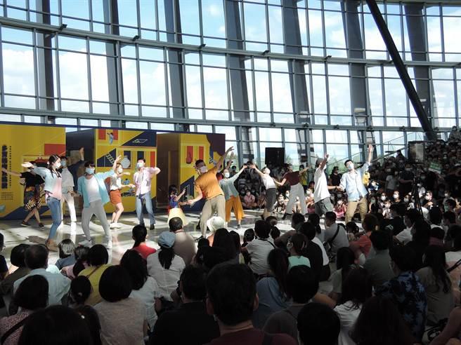 其中在部分橋段,舞者還邀請民眾共舞同樂,氣氛歡樂熱鬧。(張毓翎攝)