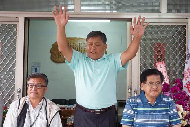 和平區長補選候選人吳萬福(中)獲2240票,22日傍晚5點10分自行宣布當選。(王文吉攝)