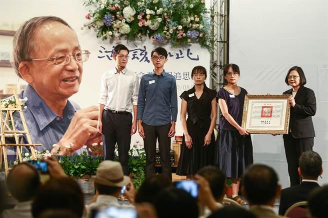 蔡英文总统颁赠褒扬令给日前辞世的台湾文史专家庄永明,由庄永明长女庄树渟代为接受。(邓博仁摄)