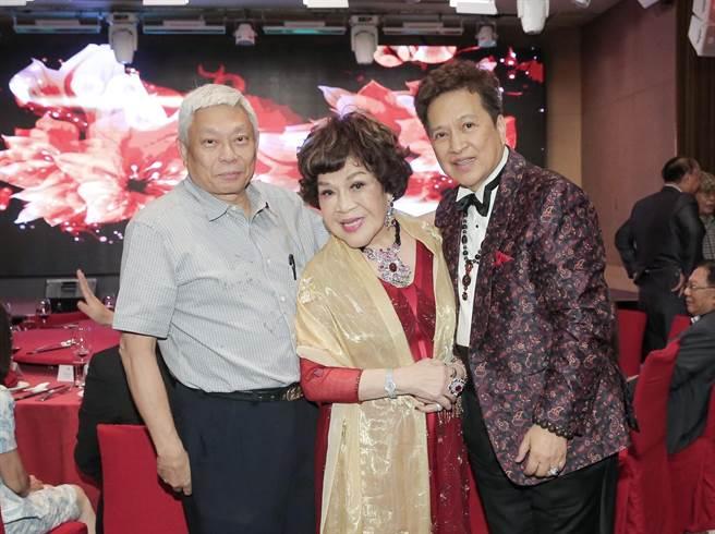 旺旺集團董事長蔡衍明親自出席為阿姑周遊祝壽,並祝賀她和老公甜蜜蜜。(盧禕祺攝)