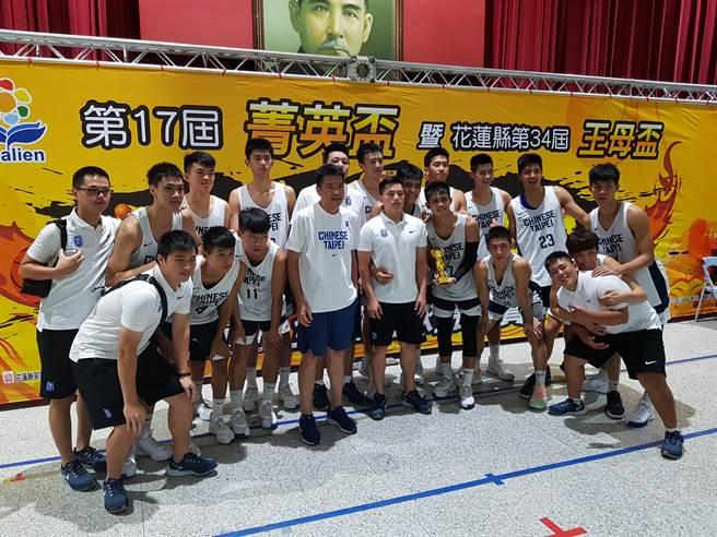 U18代表隊拿下第17屆菁英盃籃球賽大專男子組冠軍。(陳筱琳攝)