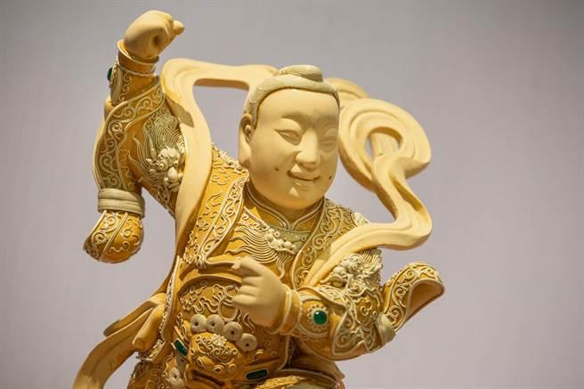 神像身上的漆线雕鲜少有人注意,线条细腻,能赋予神像华丽或气势的外观。(袁庭尧摄)