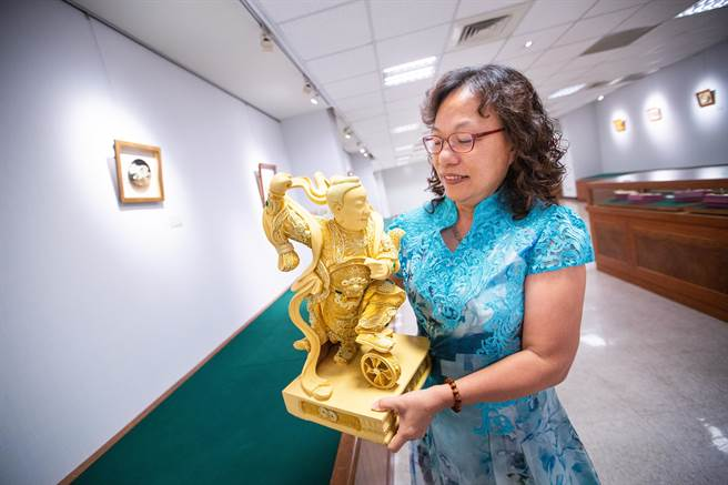 「漆线雕」几乎是男性师傅的天下,杨琇文投入业界闯荡34年,创作之余不忘系统化教学传承技艺。(袁庭尧摄)