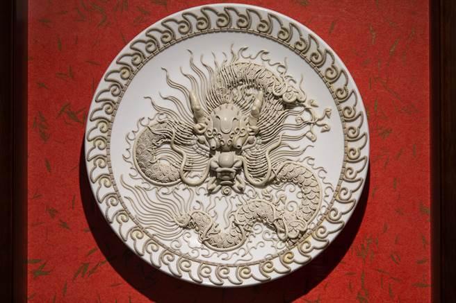 杨琇文「漆线雕」复合媒材新作品,龙王。(袁庭尧摄)