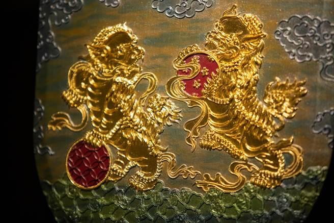 贴上金箔的漆线雕作品,展现金碧辉煌的气势。(袁庭尧摄)