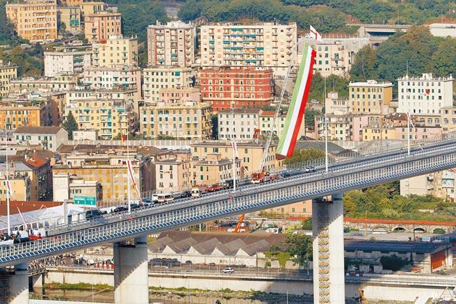 義大利新橋含淚啟用圖╱美聯社