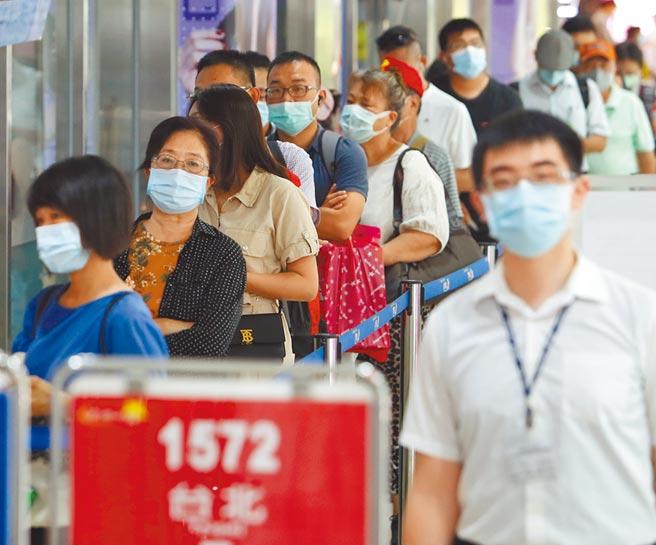 七夕情人節將到,各種活動密集推出,防疫工作再次面臨大考驗。圖為轉運站乘客依規定戴起口罩。(本報資料照片)