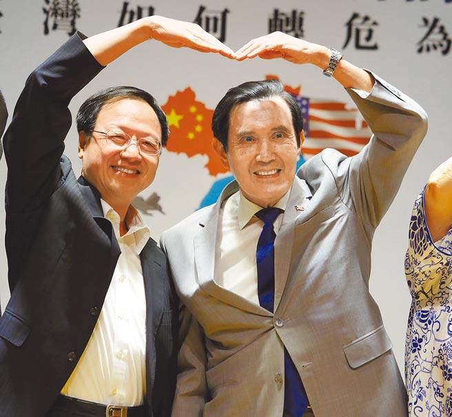 前總統馬英九(右)22日出席「國家不安全研討會」,與前行政院長江宜樺(左)對著鏡頭一起比出愛心的手勢。(季志翔攝)