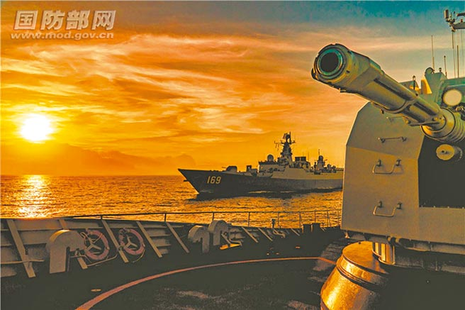 大陸海南省海事局22日在官網發布航行警告,宣布海南島東南部海域24日凌晨0時至29日午夜12時,進行軍事訓練活動,軍演區域將涵蓋西沙群島。圖為南部戰區某海軍支隊艦艇編隊奔赴南海某海域進行演練。(摘自大陸國防部)