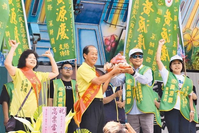 前任關西選區的縣議員嚴永秋(右二)為參與補選的黃源慶(右三)站台,象徵關西地區泛綠團結。(莊旻靜攝)