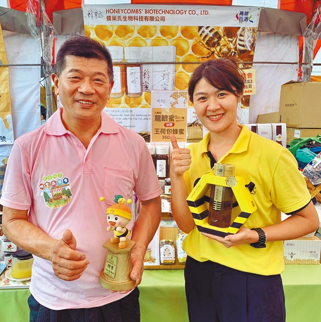 龍眼蜜今夏收成比去年好轉,但產量仍較往年減少,價格維持每600毫升特等蜂蜜900元,仍吸引不少民眾搶購。(林雅惠攝)