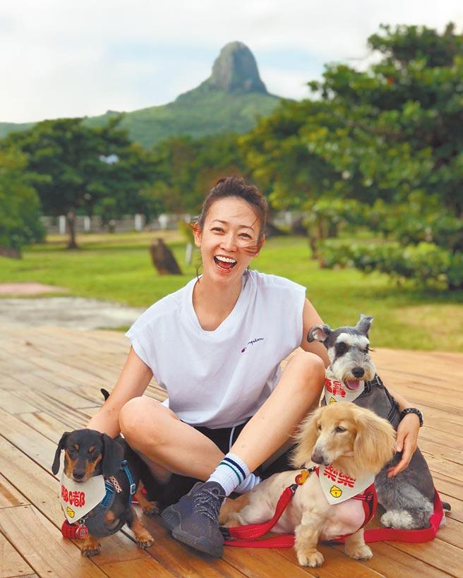 潘慧如領養3隻愛犬,時常帶牠們到戶外趴趴走。(摘自臉書)