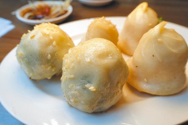 「滬舍餘味」饕客必買鮮肉生煎(右)及翡翠生煎。(黃采薇攝)