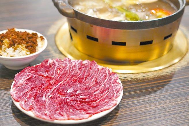 「尚牛二館」必嘗的溫體牛肉火鍋與牛肉燥飯。(何書青攝)