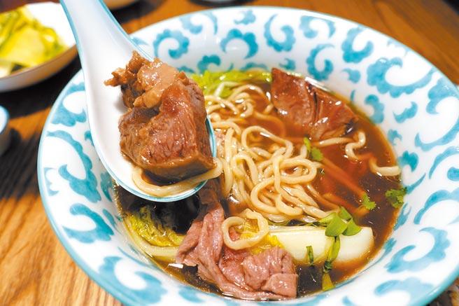 「Gubami」必點清燉牛肉麵,宮崎和牛牛腱、和牛薄片搭配煙燻牛骨髓及手工細麵。(黃采薇攝)