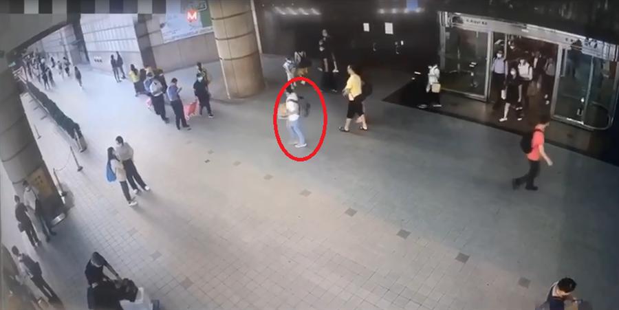白T、牛仔褲男子偷走價值141萬元的紅土沈香後,冷靜步出會場。(圖/張國欽翻攝自畫面)