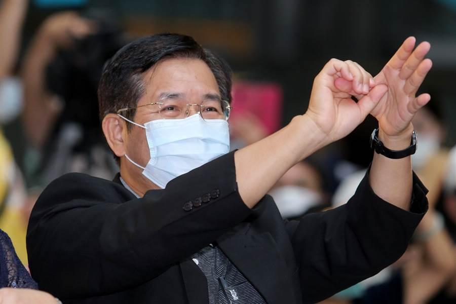 教育部長潘文忠跟著示範洗手舞動作。(黃世麒攝)