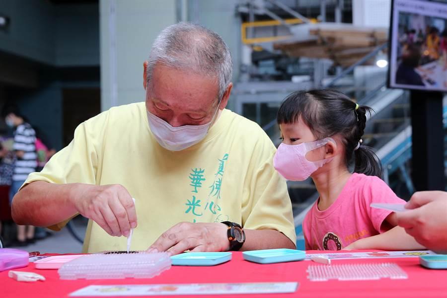 教育部23日在台灣科學教育館舉辦祖父母節全國性宣導活動,邀請祖孫們共同參與活動,增進世代間的感情。(黃世麒攝)