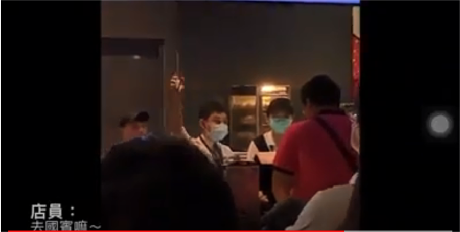 高雄的威秀影城前幾日出現1名紅衣奧客,竟施展獅吼功大嗆服務員,服務員不甘示弱回嗆兩句話,讓其他客人紛紛鼓掌叫好。(翻自爆怨公社影片畫面)