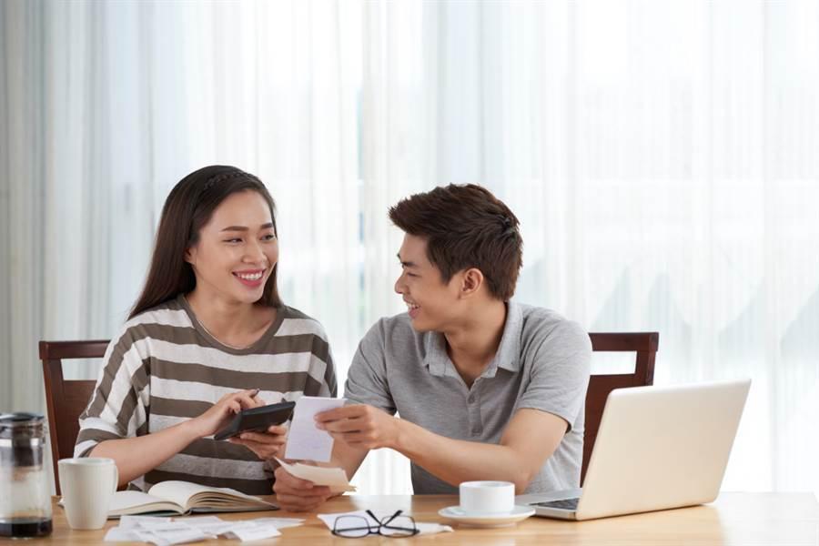 女友全家「失業人口」他月給10K孝親費 準岳母一句話讓他想分手(示意圖/Shutterstock)