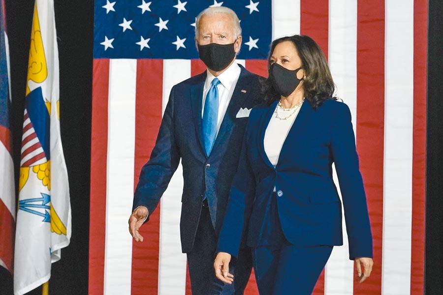 民主黨總統候選人拜登和副手賀錦麗合體。兩人還特別戴著口罩出席記者會。(美聯社)