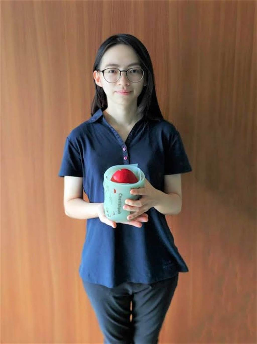 中原大學設計系學生陳怡如、蔡念庭、連以瑄的作品「Cherishpak擁抱緩衝包裝」,獲得今年韓國發明展金牌。(中華創新發明學會提供/林志成台北傳真)