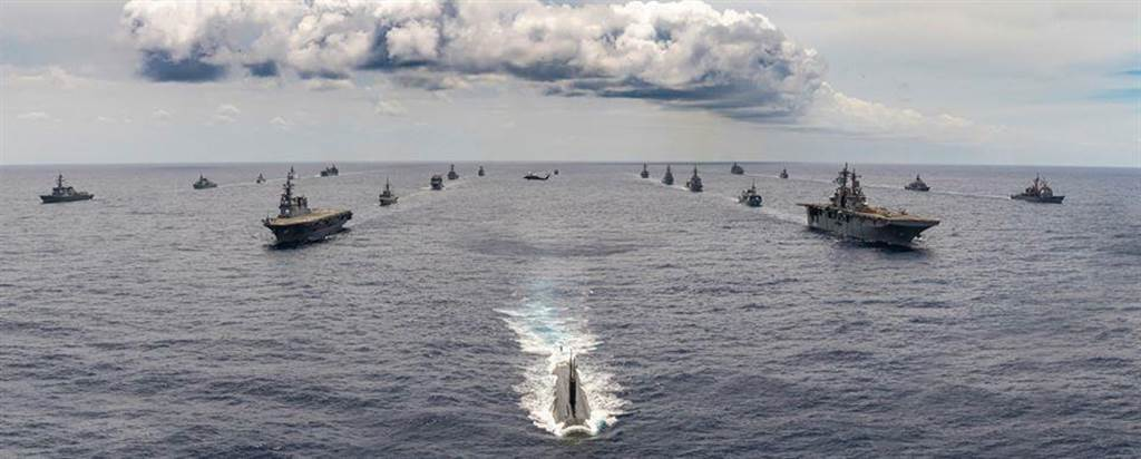 環太平洋軍演,10國船艦列隊前行。(圖/摘自U.S. Pacific Fleet臉書)