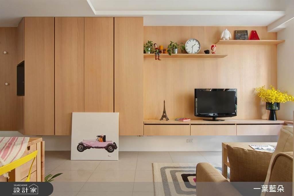 由淺木為素材打造的主牆面在色系與材質統一,櫃型上可以做不同變化與斜角切割讓玄關櫃能有足夠的收納空間卻保有輕盈與造型。(圖片提供/一葉藍朵)