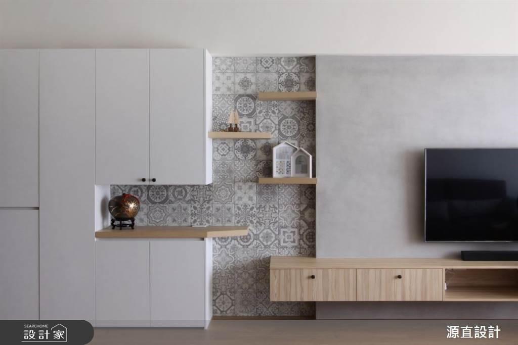 白色系統櫃打造出的玄關收納系統,藉由層板與花磚化解大面積收納造成的壓迫感,造型上更為豐富之外,收納方式也更為多元。(圖片提供/源直設計)