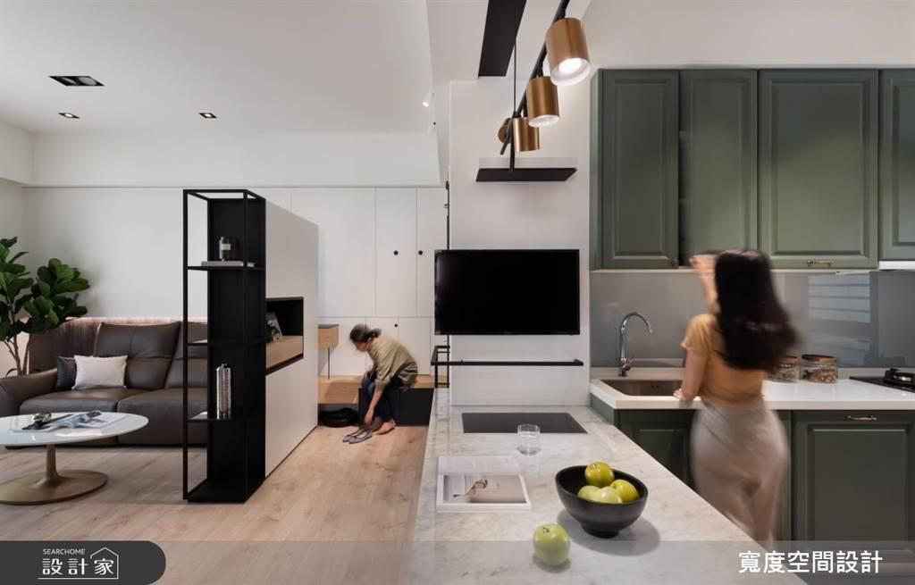 20坪的空間將入門屏風與收納分成兩部分,右側貼壁的隱藏櫃體搭配簡約的層板穿鞋椅設計,方便使用者拿取或穿脫鞋子,又具有一定的隱私性。(圖片提供/寬度空間設計)