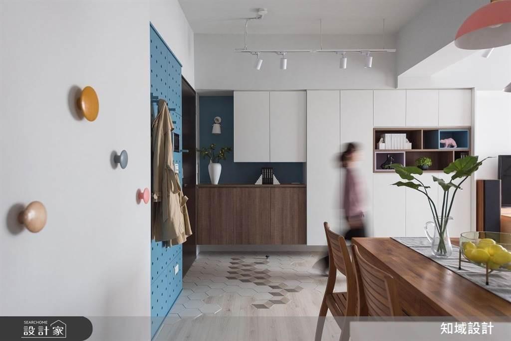 針對不同的空間格局,洞洞板也可與玄關櫃分開安排,此案擁有更大的吊掛系統,連同旁邊的白牆也黏上彩色造型掛鉤,不用的時候就是最好的牆面裝飾。(圖片提供/知域設計)