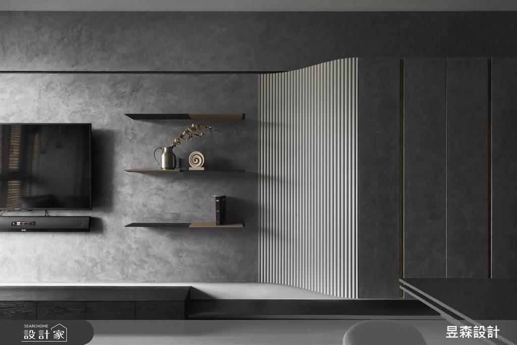 將大面積的玄關櫃以緩坡設計銜接電視牆,化解量體的笨重感;曲面的線條化解進門稍窄的缺點,將視覺直接往內延伸。(圖片提供/昱森設計)