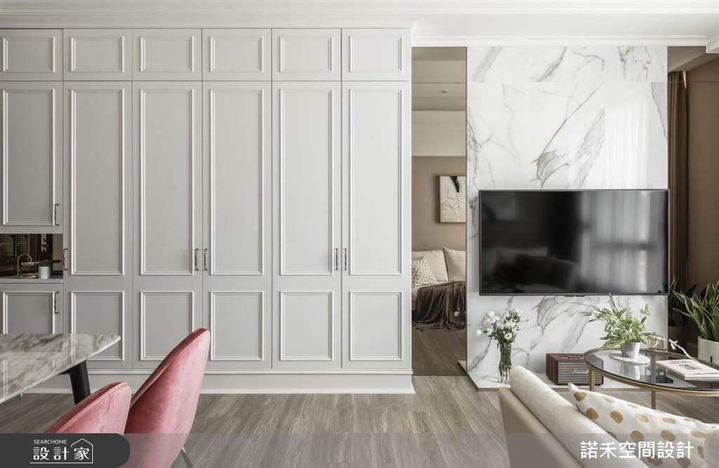 僅有12坪大的新婚住宅用大面的系統收納櫃從玄關一路延伸到客廳,將各場域收納整合在一個平面,也形塑女主人最愛的美式典雅的風情。(圖片提供/諾禾空間設計)